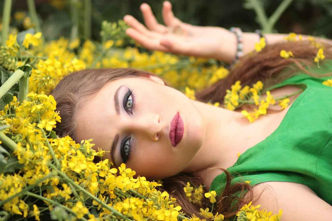 girl-1319114_1280