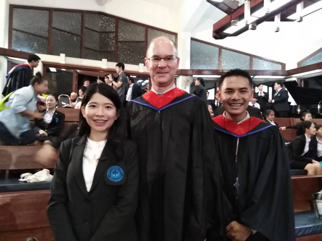 mit zwei Studierenden